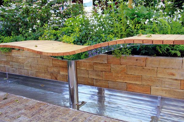 Moderní materiály vnášejí do jinak přírodně pojaté zahrady nový rozměr. FOTO: DANIEL KOŠŤÁL