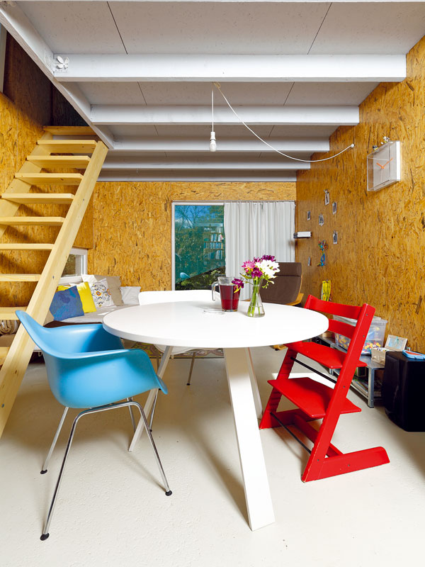 Obývací části dominuje velké prosklení, které přenáší kousek zahrady i do interiéru. FOTO: DANO VESELSKÝ