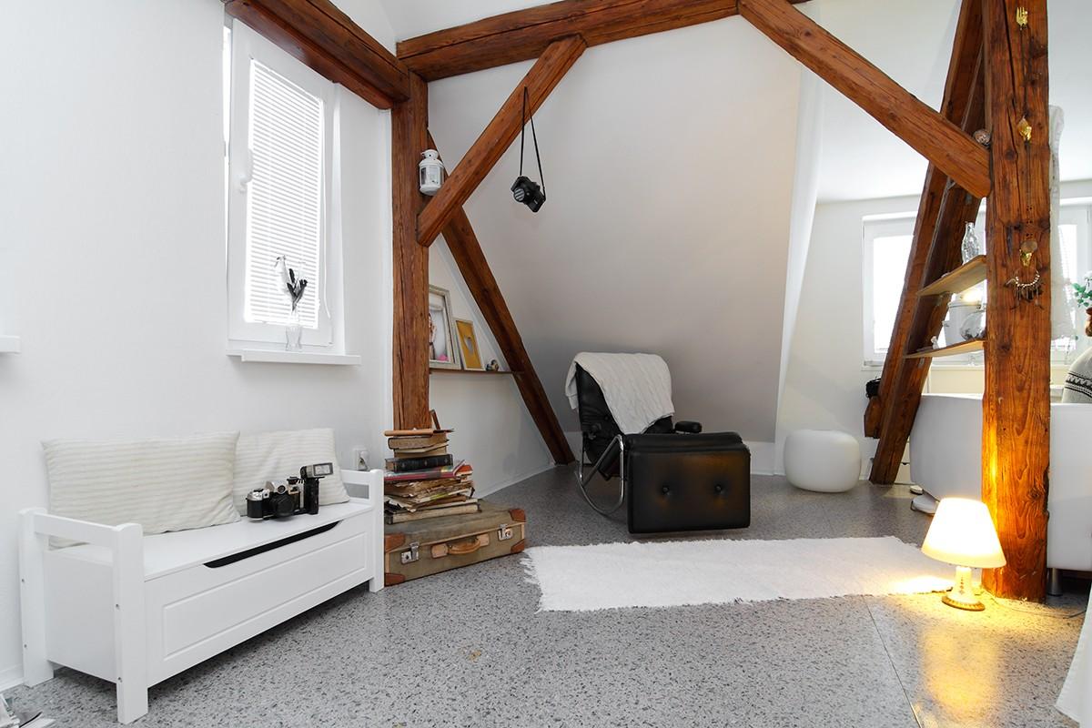 """Chaise longue proti posteli je jedním z mála barevných kusů nábytku v Nikolině podkroví. Dominantní barvou je tu bílá. """"Mám ji ráda. Je taková čistá,"""" vysvětluje obyvatelka. FOTO: Dano Veselský"""