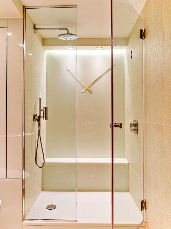 V koupelně tikají hodiny netradičně přímo na stěně sprchového koutu. Tady už avizovaných pět minut ve sprše nepřetáhnete. FOTO: MATT CHUNG