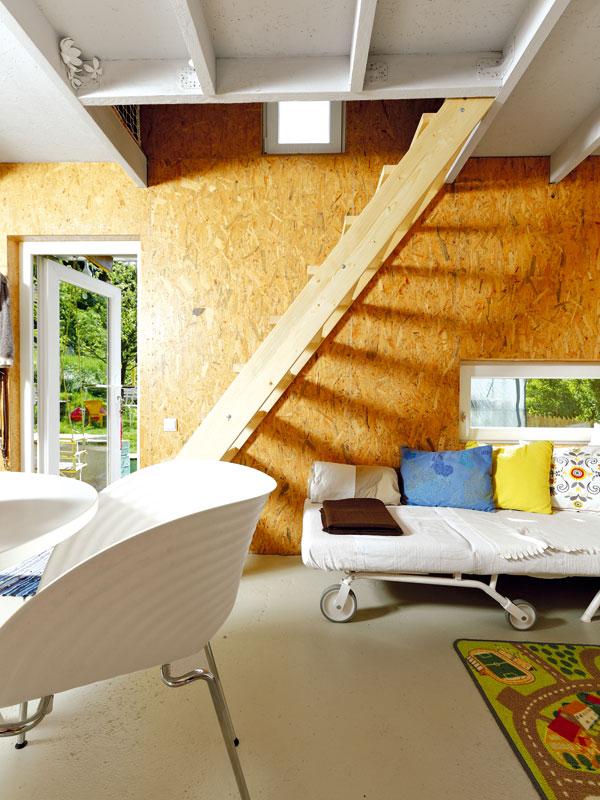 Povrch stěn v interiéru tvoří OSB desky ve své holé podstatě. Většina materiálů použitých v domě je totiž neupravovaná. Dřevěnou nosnou konstrukci a podlahové OSB desky, které tvoří strop, ale natřeli na bílo, aby opticky odlehčily prostor. FOTO: DANO VESELSKÝ