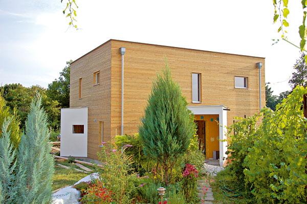 Výstavba pasivního domu zobnovitelných přírodních materiálů byla šetrná kprostředí, ochránila se okolní vegetace ivinice. Stání pro auto je dále od domu, blíže ksilnici, aby se příjezdem nezabrala zbytečně velká plocha úrodné půdy. (foto: Artur)