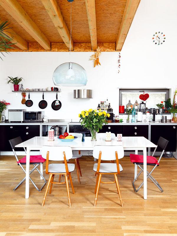 Jednoduchá kuchyň je zIKEY. Majitel velmi bojoval proti horním skříňkám, manželku nakonec přesvědčil, že vespodní části bude dostatek úložných prostorů – aměl pravdu. Laminátové židle jsou součástí dědictví po prababičce. Do interiéru výborně zapadly. Vcelém domě včetně koupelny atoalety majitelé použili dubové podlahy. FOTO: DANO VESELSKÝ
