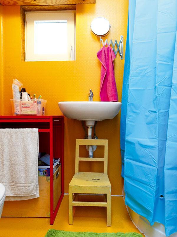 Koupelna hýří barvami aje celá obalená do vodovzdorné oranžové, protiskluzové PVC podlahoviny. FOTO: DANO VESELSKÝ
