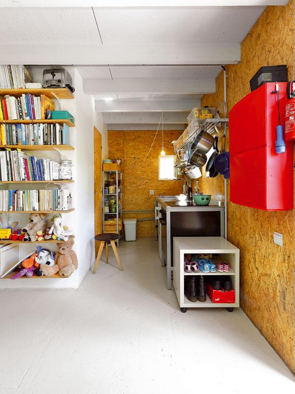 Přes jednoduchý kuchyňský kout, který však obsahuje vše, co je pro život potřeba, se dveřmi vlastnoručně vyrobenými z OSB desky vchází do malé koupelny. Jednoduchá betonová podlaha je natřená na šedo a ukrývá v sobě podlahové vytápění. FOTO: DANO VESELSKÝ