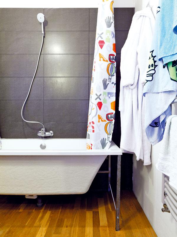 Koupelna není velká, ale obyvatelům domu postačuje. Vanu by měl vbudoucnu nahradit velký sprchový kout. Původně zděnou konstrukci vany nahradili jednoduchou kovovou, díky níž je koupelna krásně vzdušná. FOTO: DANO VESELSKÝ