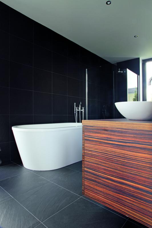 Precizně vyhotovené detaily a kvalita jsou v jednoduše zařízeném prostoru důležité. I proto tu na nich nešetřili. Sprchový kout v úrovni podlahy a se skleněnými stěnami bez pohyblivých dveří je velmi čistým a praktickým řešením.