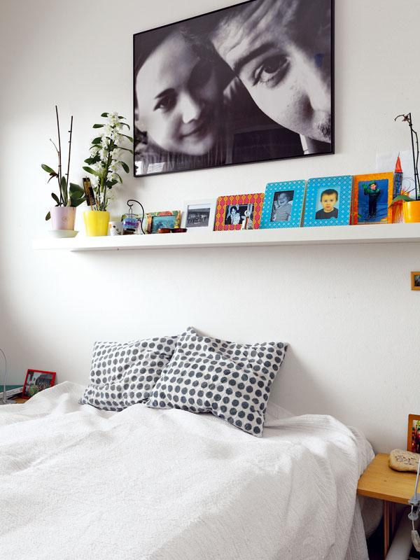 Ložnice rodičů slouží opravdu jen ke spaní, takže vní najdete jen postel, noční stolky askříň. Nechybí mnoho fotografií, které připomínají příjemné rodinné události. FOTO: DANO VESELSKÝ