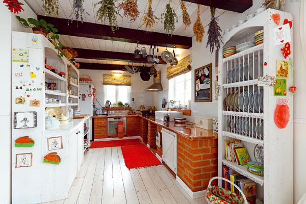 """Kuchyňskou linku, která dala základ stylové vesnické kuchyni, vyzdil domácí pán. """"Základ pracovní desky je znejlevnějšího materiálu, jaký jsme sehnali, a navrchu je měděný plech. Ten sice nebyl právě levný, ale vydrží aspoň 100 let,"""" dušuje se. FOTO: Dano Veselský"""