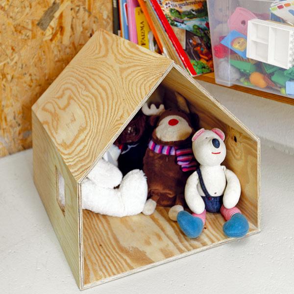 Také hračky dostaly svůj příbytek – chatu podle návrhu architektů. Jako všechno vtomto domě, odráží i hračka duchaplnost aupřímnou radost ze vzniku dobrého nápadu za málo peněz. FOTO: DANO VESELSKÝ