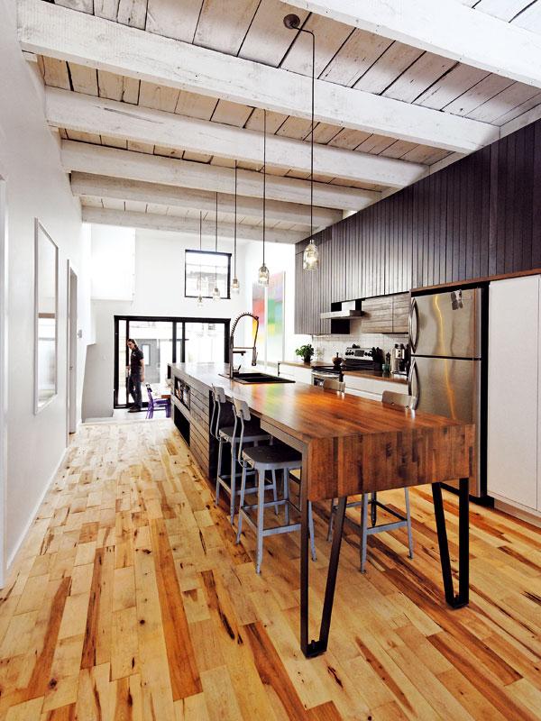 Průchozí kuchyň se stala srdcem celého domu. I tady interiéru dominuje dřevo ve všech možných barvách a podobách. foto Marc-Andre Plasse