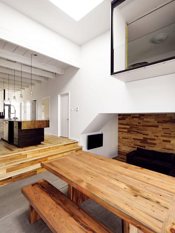 Prostorová hra umožnila splnit představy majitelů navzdory nízkému rozpočtu a velmi omezeným možnostem rozšíření domu. foto Marc-Andre Plasse