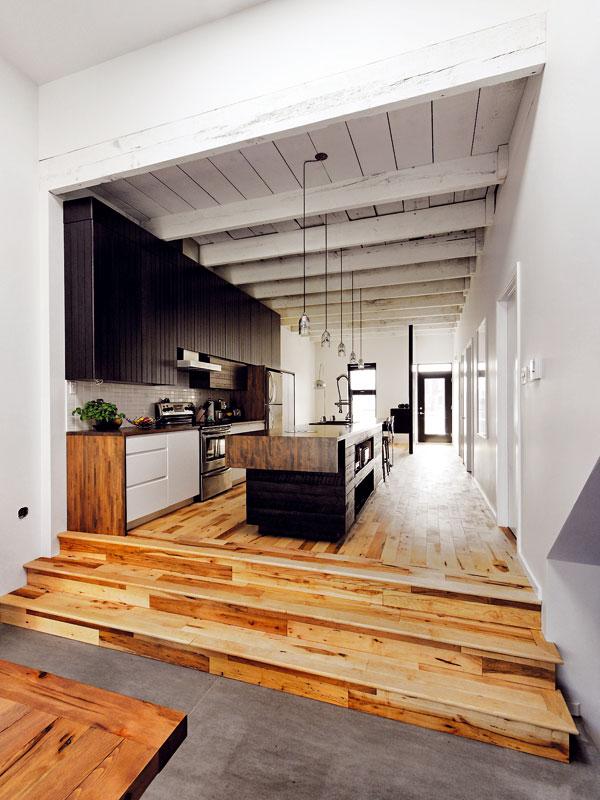 Vzdušný a prostorný interiér se architektům podařilo vykouzlit chytrým přeorganizováním a prosvětlením starého domu. Výrazně pomohla i bílá barva použitá na stěnách, stropě, a také na nábytku. foto Marc-Andre Plasse