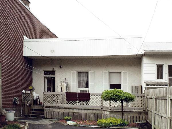 Původní stav. Majitelé chtěli rozšířit svůj bungalov o další patro, ale konstrukce domu jim to nedovolila. foto Marc-Andre Plasse