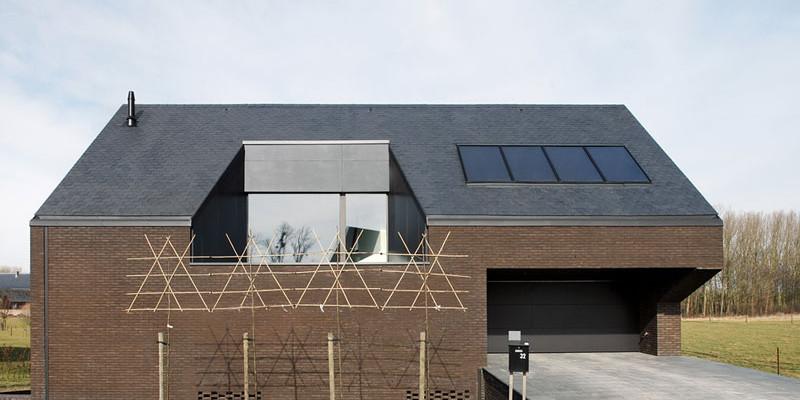 Úsporný cihlový dům skrývá velkorysý interiér