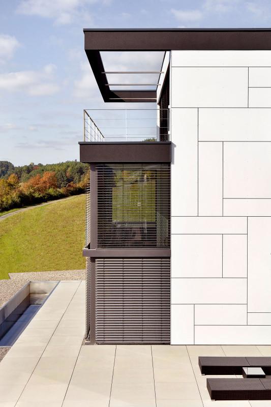 Díky jižní prosklené fasádě je interiér po celý den zalitý sluncem. Foto Daniel Stauch