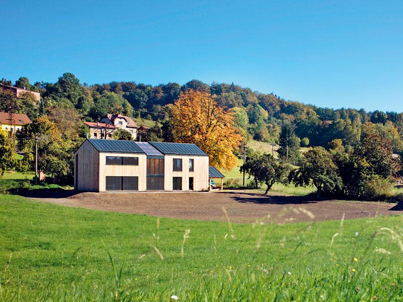 Dnes už pozemek rodinného domu pokrývá zelený trávník a na jeho hranici pomalu roste živý plot. foto: Štěpán Vrzala