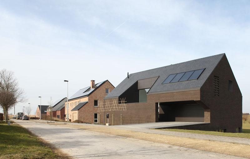 Solární panely na střeše a absence oken na uliční straně napovídají, že i tento dům měl od začátku ambice vyhovět soudobému trendu nízkoenergetického stavění. Foto: Filip Dujardin