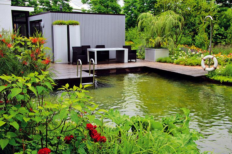 Přírodně laděná zahrada se nachází u moderního přízemního domu. Dokazuje, že setkání dvou rozdílných světů může vytvořit harmonii. Foto: DANIEL KOŠŤÁL