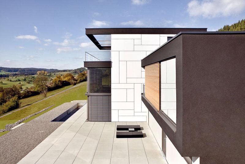 Prostorná dlážděná terasa je díky své jižní orientaci skvělým místem k trávení letních dnů. Majitelé se tam dostanou jak zjednotlivých ložnic, tak přímo zhlavního schodiště. Foto Daniel Stauch