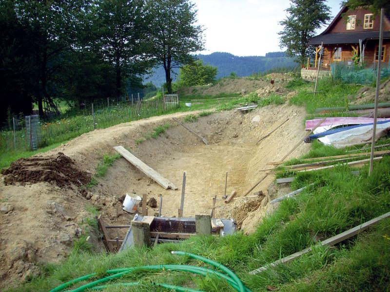 Hlavní a nejrozsáhlejší částí KČOV je čisticí kořenové pole. Vana se kope do hloubky cca 1 m a sklon svahů je variabilní podle typu zeminy (od 45° do 60°). (foto: Jana Ježíková)