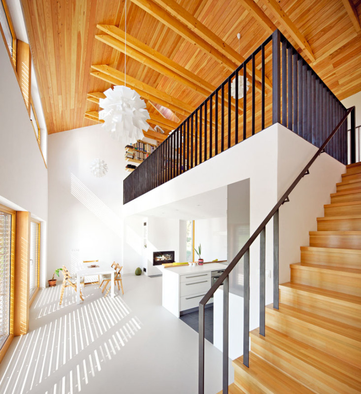 Hlavní obytný prostor je díky otevření přes dvě patra velmi vzdušný a prostorný. foto: Štěpán Vrzala