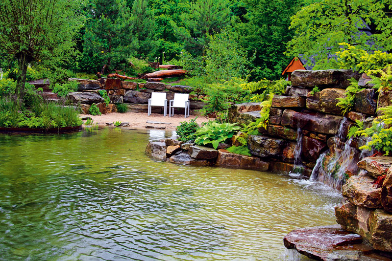 Na břehu jezera nechybí prostor na odpočinek. Ze židlí můžete pozorovat hladinu vody a přitom se zaposlouchat do zurčení vodopádu. Foto: DANIEL KOŠŤÁL