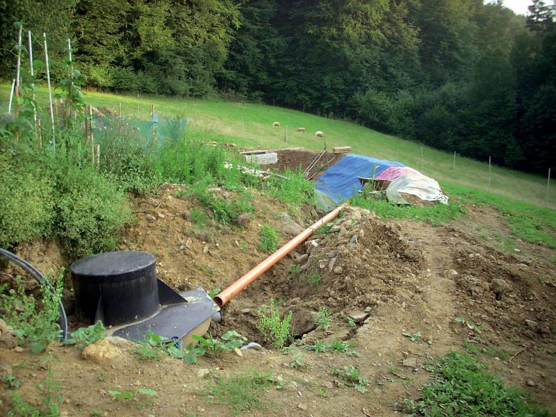 Před kořenové pole se předřazuje septik určený pro separaci pevných kalů, který se jednou za čas vyváží. Pod septikem je minimálně 15cm betonové lože. (foto: Jana Ježíková)