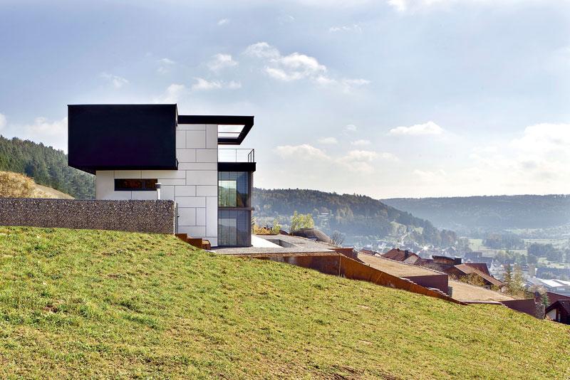 Dům maximálně těží ze svého umístění ve strmém svahu údolí Černého lesa. Pro lepší využitelnost pozemku architekti navrhli terasovitou zahradu. Foto Daniel Stauch