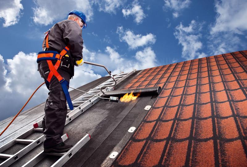 Poměrně levným aefektivním způsobem obnovy střechy sdesetiletou zárukou je rekonstrukce asfaltovou krytinou. (foto: Icopal)