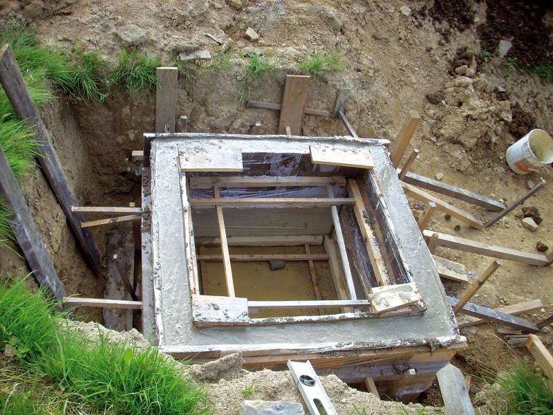 Za kořenové pole se umisťuje jímka na vyčištěnou vodu. Výškou hladiny vjímce se reguluje hladina vkořenovém poli, příp. slouží jako nádrž vody na zalévání. (foto: Jana Ježíková)