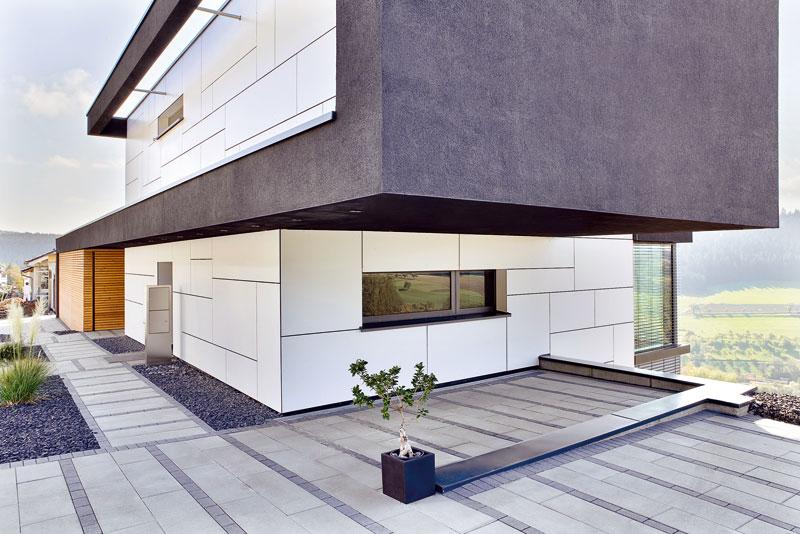 Přesah horního patra vytvořil kryté parkovací stání. Zabudované LED diody nejsou jen estetickým prvkem, ale mají i praktickou funkci − osvětlují přístupovou cestu. Foto Daniel Stauch