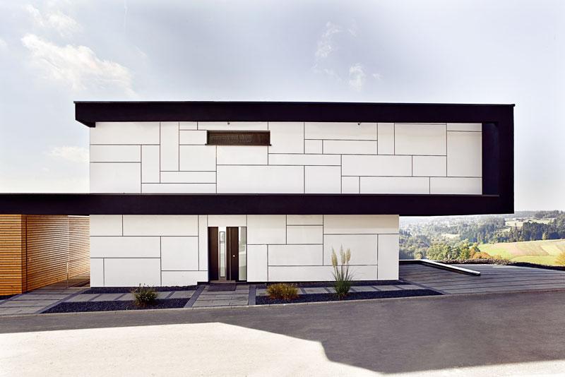 Jednoduchým trikem sčleněnou fasádou se architektům podařilo oživit severní stranu, která by jinak zůstala naprosto nezajímavá. Foto Daniel Stauch