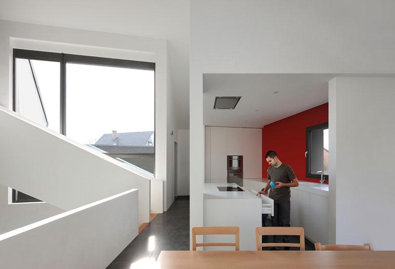 Při práci v kuchyni mají obyvatelé dokonalý přehled o celém prostoru. Kuchyně na galerii se tak stala centrem domu, z něhož vedou komunikační kanály do dalších částí domu. Foto: Filip Dujardin