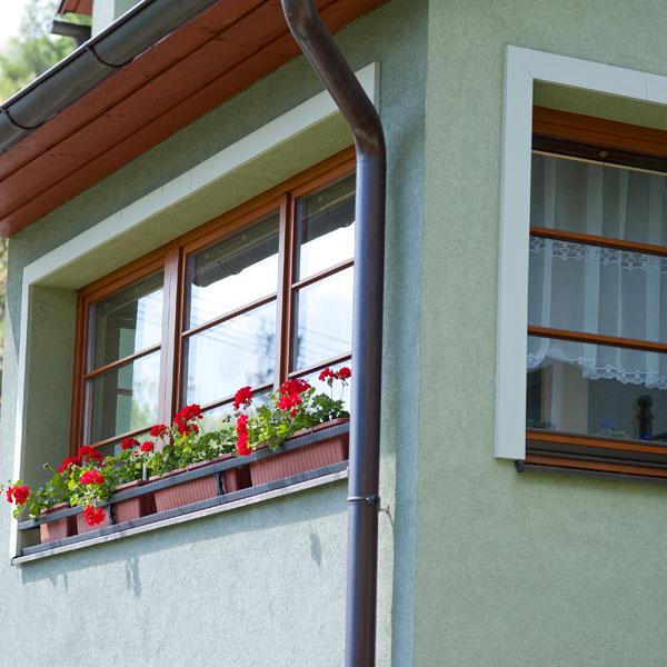 Téměř 10letá dřevěná okna, která nebyla vůbec ničím ošetřena. Jsou stále ve velmi dobré kondici, perfektně fungují, izolují anevyžadují téměř žádnou údržbu. (foto: Mirador)