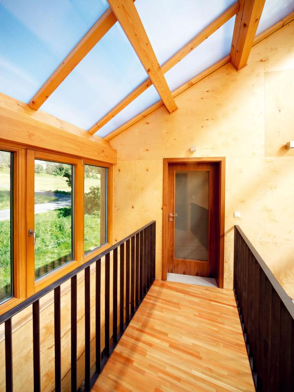 Dřevěný můstek propojuje ložnice shlavním obytným prostorem. foto: Štěpán Vrzala