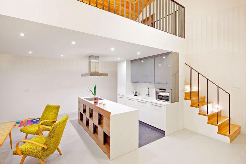 Na první pohled malá kuchyň je díky svému umístění a průchodnosti velmi praktická. foto: Štěpán Vrzala