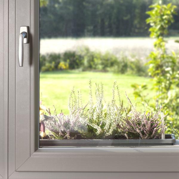 Povrchová úprava Titanium Plus propůjčuje oknům metalický vzhled hliníkových oken. (foto: Inoutic / Deceuninck)