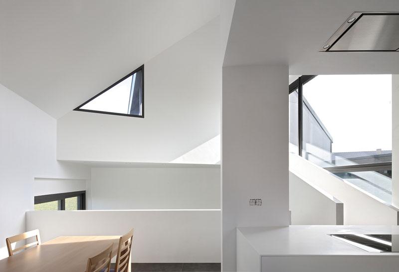 Absolutní nadvládá bílé na stěnách umožňuje slunci nerušeně exhibovat. Hra světel a stínů je nejoriginálnější a zároveň nejlevnější dekorací, jakou si můžete dopřát. Foto: Filip Dujardin