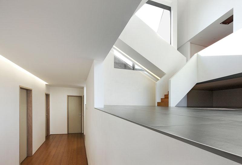 Úrovňovitost, resp. dualita otevřeného a uzavřeného, je hlavním tématem interiéru. Jen důmyslné poskládání horizontál, vertikál a diagonál… Nic víc. Foto: Filip Dujardin