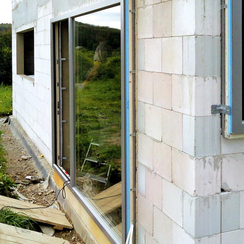 Okna se volila sohledem na parametry pasivního domu a vnávaznosti na architektonický vzhled. Majitelé se rozhodli pro dřevohliníková okna s izolačním trojsklem od firmy Internorm. Aby eliminovali tepelné mosty, okna namontovali pomocí předsazené metody. FOTO: WWW.PROJEKTYDOMU.CZ