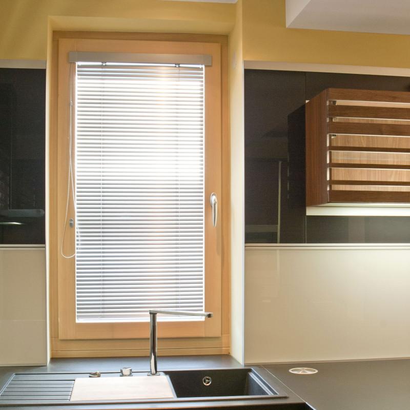 Dřevěná část dřevohliníkového okna je celá vinteriéru, proto lze použít itransparentní povrchovou úpravu, která zvýrazňuje kresbu dřeva avytváří ještě větší pocit pohody apříjemné atmosféry. (foto: Mirador)