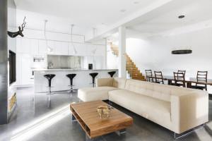 Původní interiér starého městského domu se proměnil ve vzdušný domov