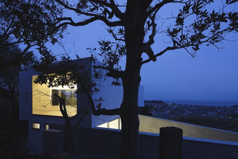 Díky skvělému umístění pozemku mají majitelé, zvyklí na výhled z výškové budovy, celé město jako na dlani. Návštěvám se pak jako první při sestupu svahem k hlavnímu vchodu otevírá pohled na trojúhelníkový půdorys obvodové zdi. Foto: Masao Nishikawa