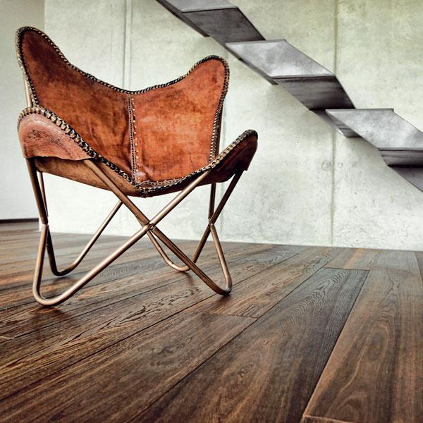 Trendem je rustikální vzhled podlahy vrůzných odstínech sletokruhy, spárami adalšími přiznanými nedokonalostmi, které potvrzují autenticitu dřeva. Nehodí se však do malých apřeplněných interiérů. (foto: Magnum Parket, dub drásaný − olej)