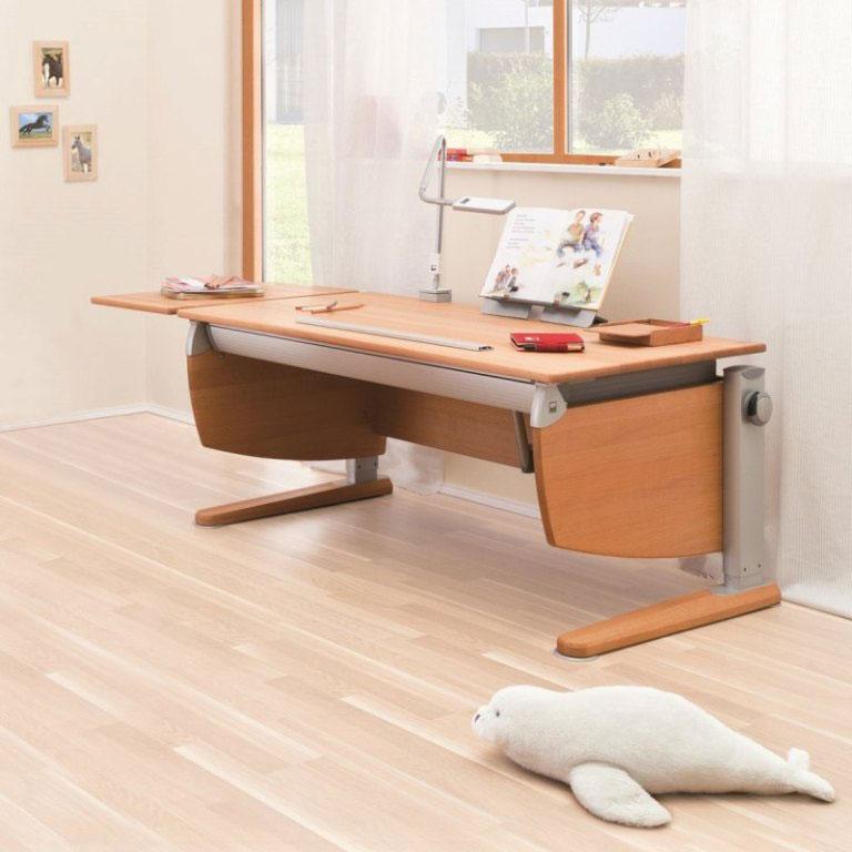 """Základem úspěšné dětské """"kanceláře"""" je dostatečně velký polohovací stůl s odkládací plochou a flexibilním zdrojem světla (např. LED lampičkou). Měl by být také dostatečně robustní a stabilní, aby se s dítětem (např. houpajícím se na židli) nemohl převrhnout. (foto: bonami.cz)"""