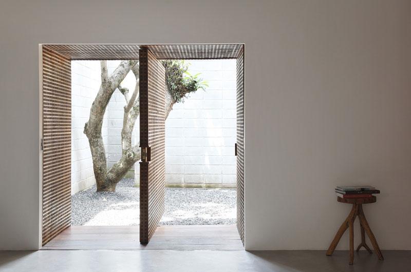 Guilherme téměř nezasahoval do původní dispozice, větších změn doznaly jen povrchy, niky a vstupní otvory. Zdi pokryl sádrokartonovými deskami, které někde získaly čistý bílý nátěr… Foto: Denilson Machado – MCA Estúdio