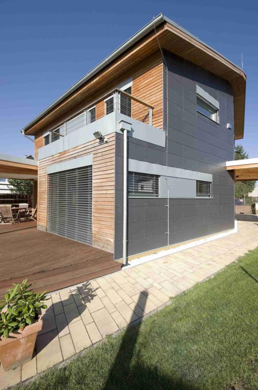 Dům je dvoupodlažní se sedlovou střechou z titanzinkového plechu. Před sluncem jeho obyvatele chrání hliníkové předokenní žaluzie.