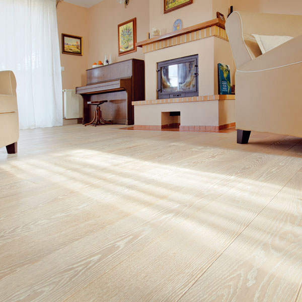 Moderní jsou živé dekory svýraznými odchylkami odstínů akresby dřeva, které se stávají dominantou prostoru. Světlé podlahy jsou náchylnější na skvrny adrobné nánosy špíny ve spárách, proto vyžadují oněco důkladnější apravidelnou údržbu než tmavé. (foto: Asko)