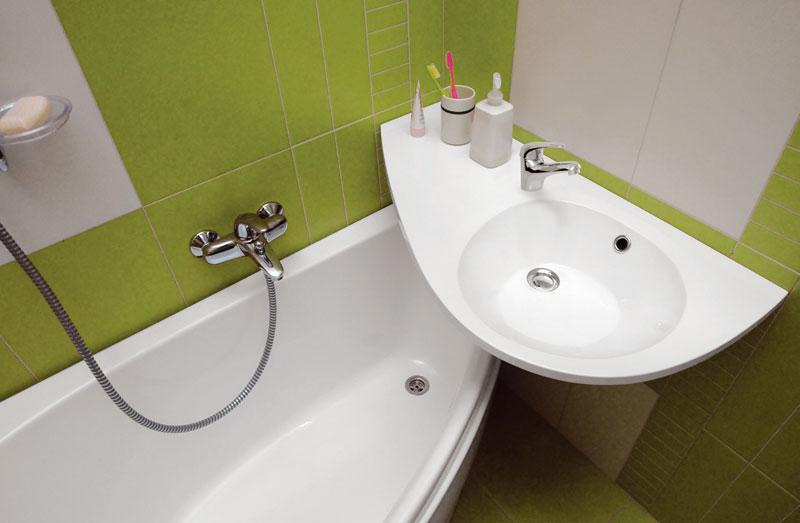 Mnohokrát nám původní dispozice avelikost koupelny neumožňuje kýžený komfort. To však neznamená, že si nemůžeme zavolat na pomoc vhodnou sanitu. Adodržíme-li pravidla ergonomie, zvládneme sní imalý prostor. (RAVAK)
